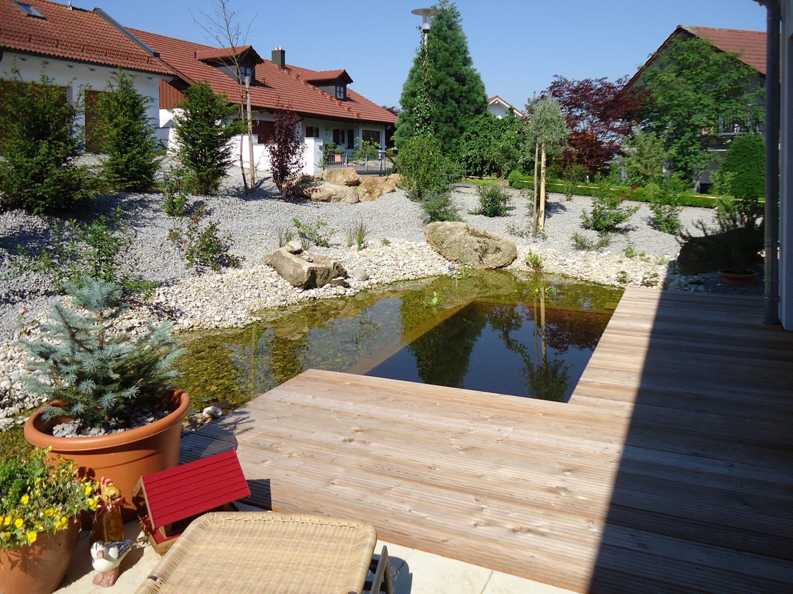 Holzterrasse am Teich