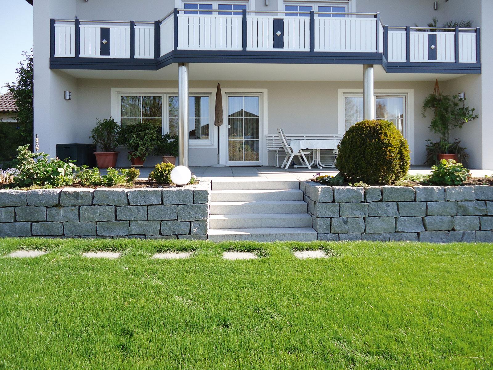 Natursteinmauer aus Granitmauersteinen