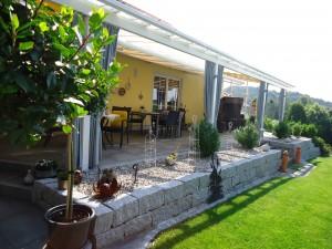 Schattige Terrasse mit Granitmauer