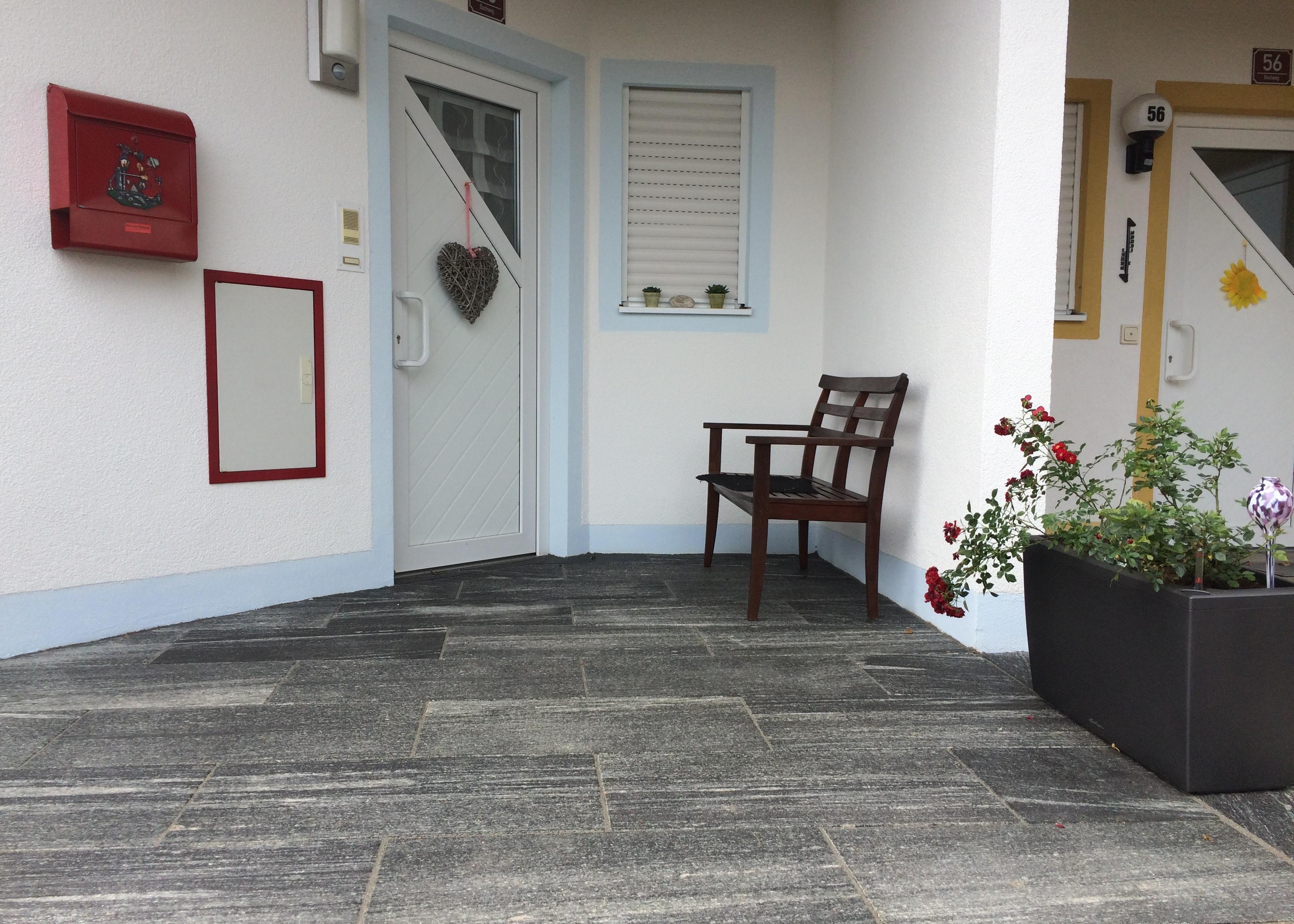 Eingangsbereich mit Gneisplatten