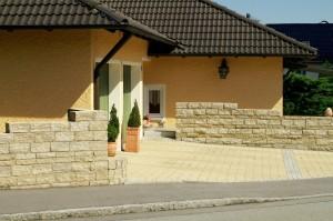 Mediterrane Einfahrt mit Natursteinmauer