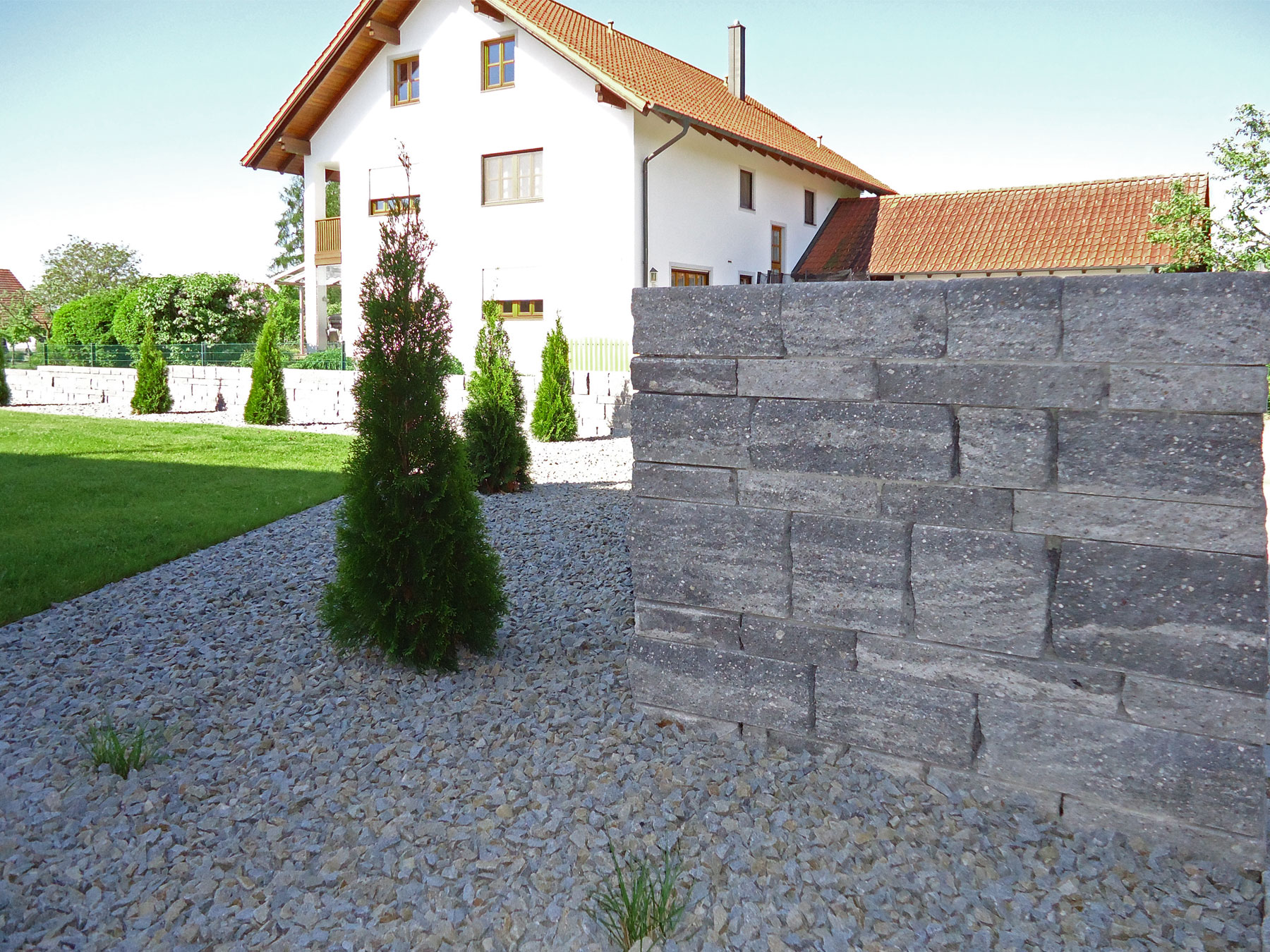 Hochwertige Trockenmauer aus Betonstein