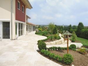 Exklusive Terrasse mit Natursteinmauer