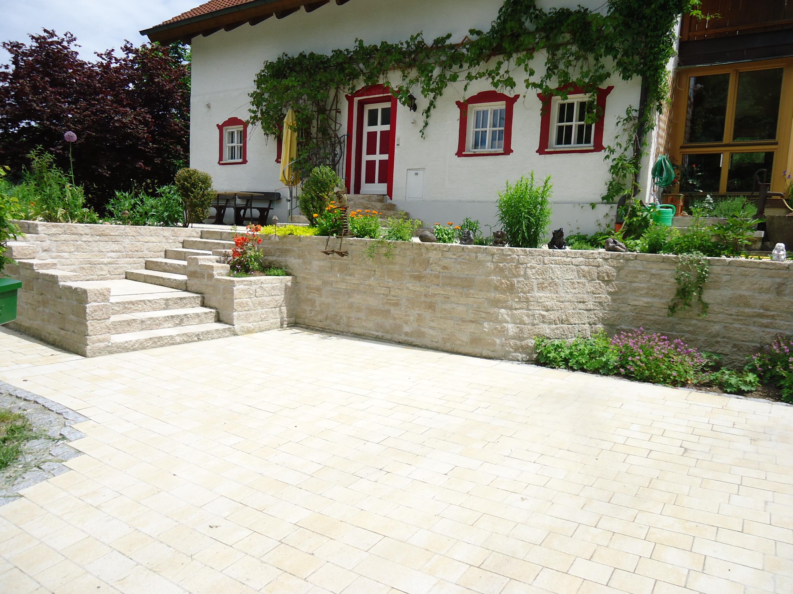 Einladender Eingangsbereich mit hochwertigem Betonstein