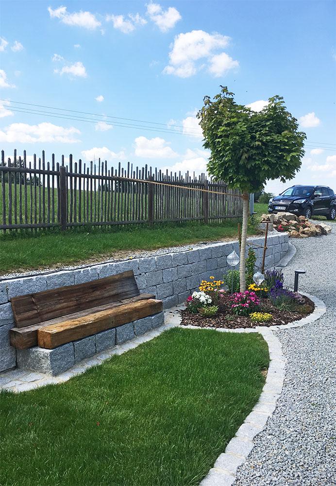 Holzbank auf Natursteinmauer