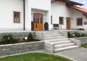 Steintreppe zur Haustüre
