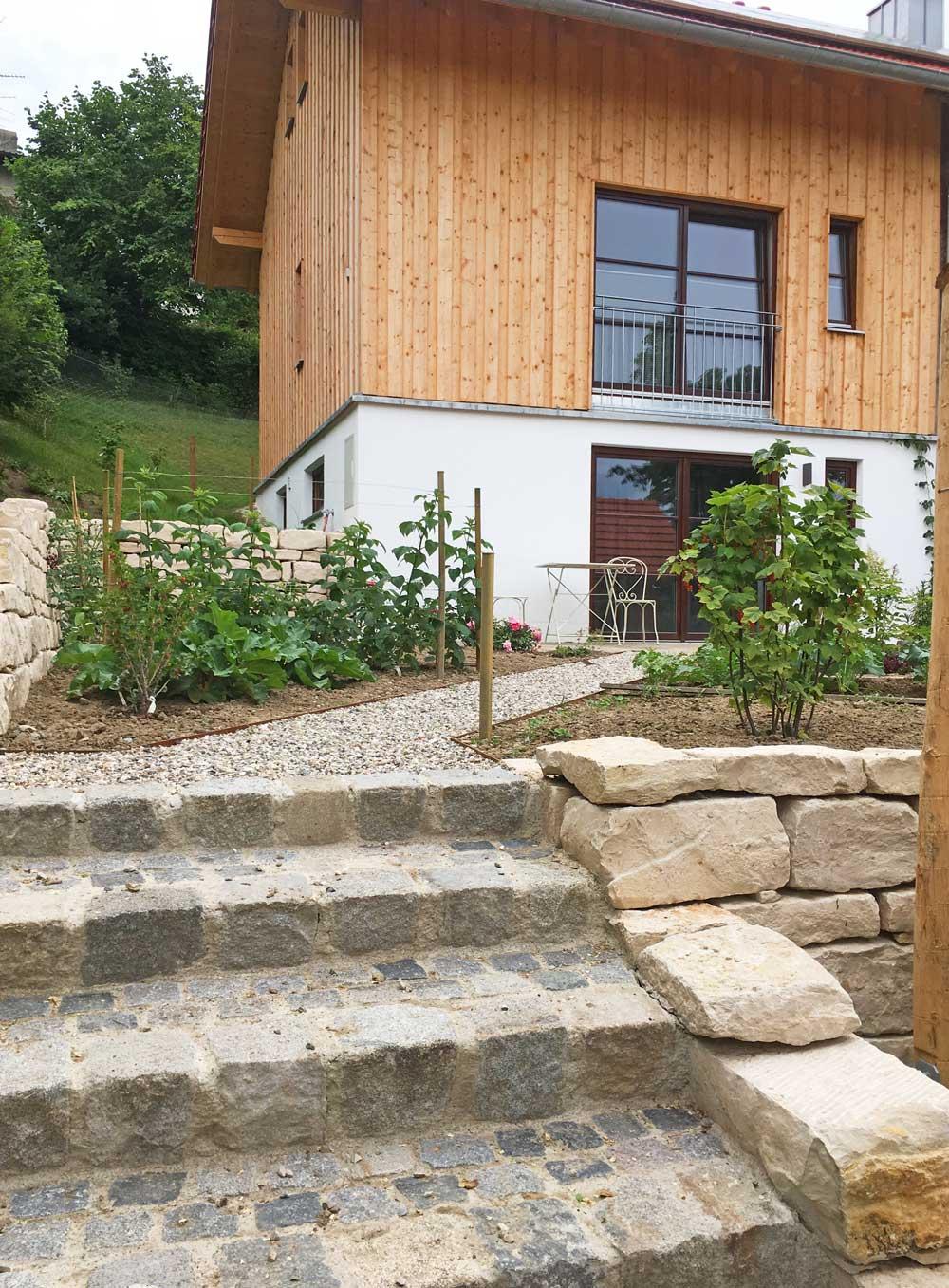 Natursteinmauer mit Treppe