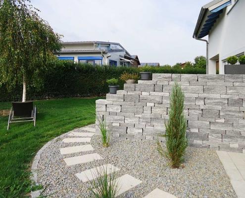 Gartengestaltung mit Mauer und Weg