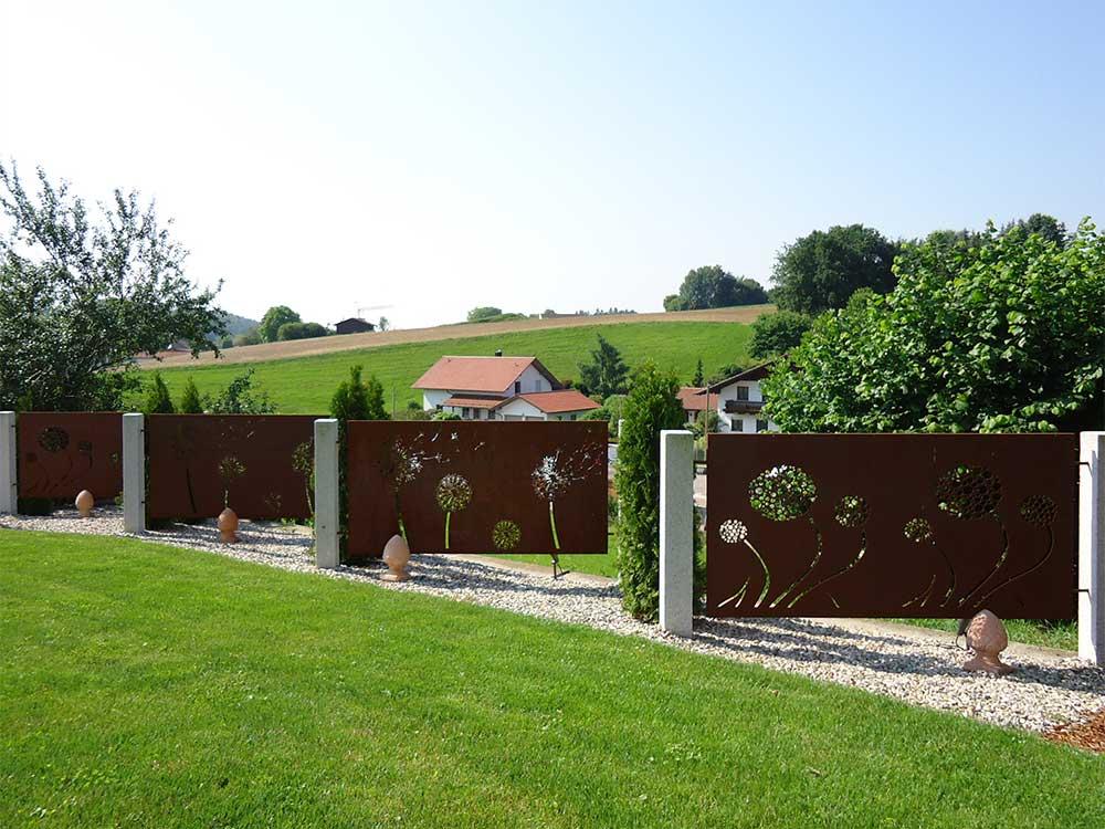Sichtschutz aus Cortenstahl und Granitsäulen