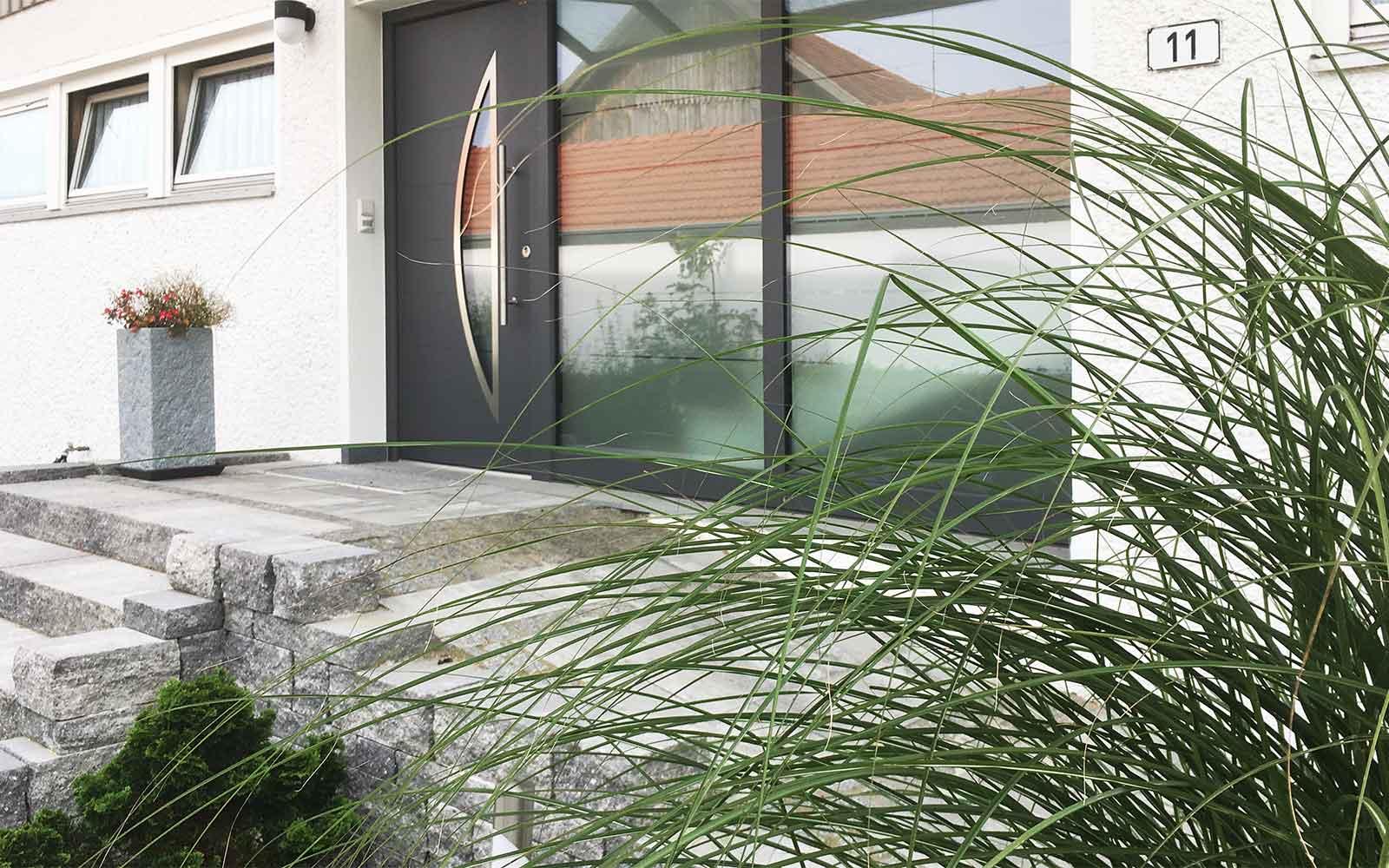 Barrierefreier Eingangsbereich aus hochwertigen Godelmann Pflaster Decaston mit Klassikline Mauer