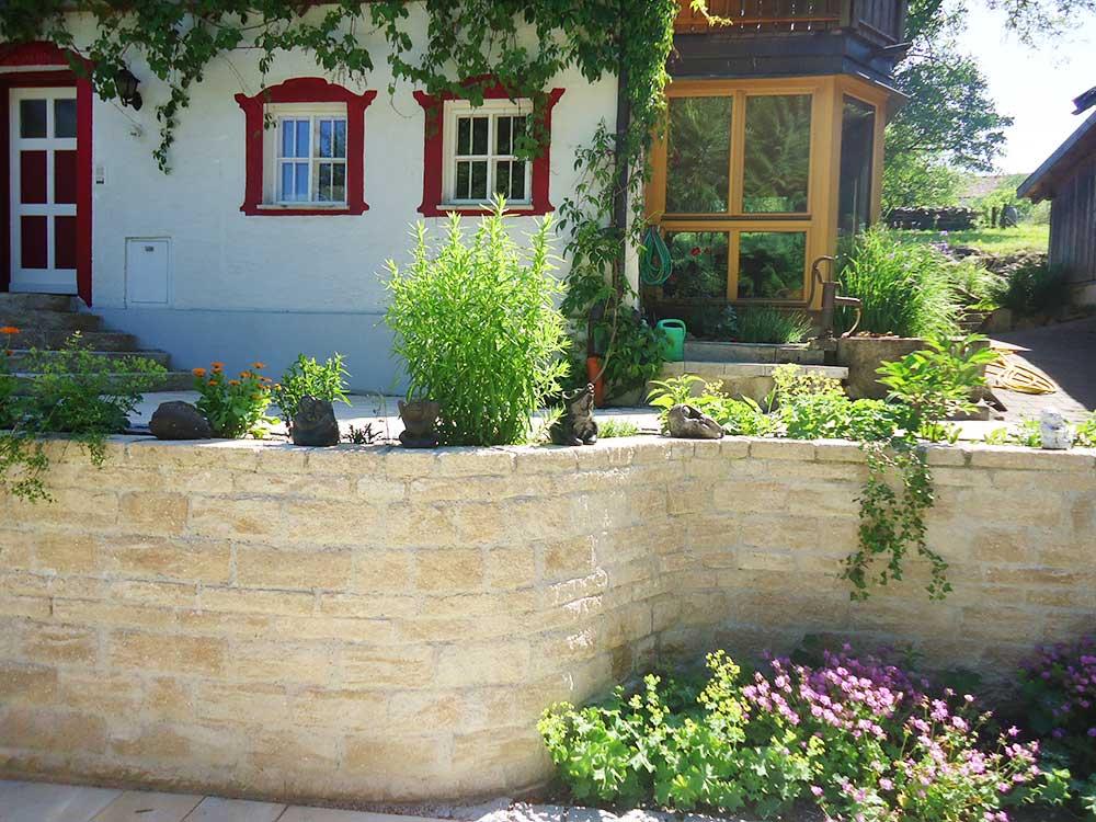 Natursteinmauer vor der Terrasse