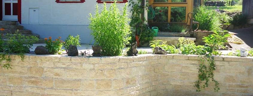 Natursteinmauer vor dem Haus