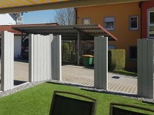 Sichtschutz mit Granitsäulen