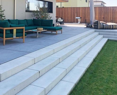 Terrasse mit Treppe zum Garten